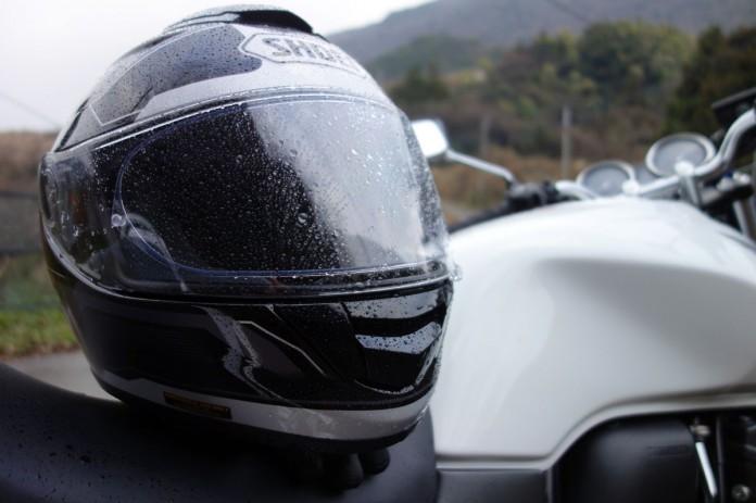 ヘルメット-水滴