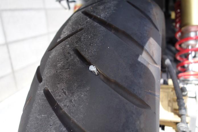 タイヤに石